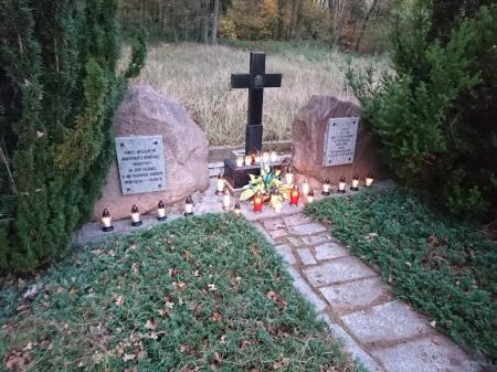 Sprzątanie cmentarza ewangelickiego w Ziemlinie.